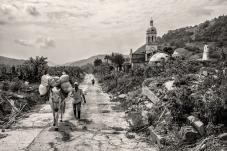 Campesino cargando mercado de una vereda cercana.