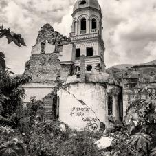 Vista lateral iglesia de Gramalote con un graffiti.