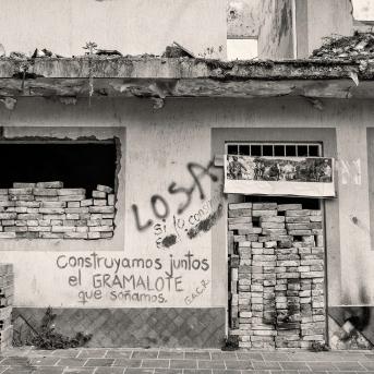 Fachada de casa en ruinas