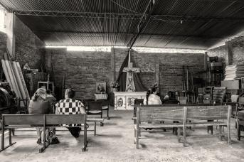 Iglesia improvisada en una antigua bodega.