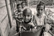 Niños de la Palestina (aparece niño que carga la puerta)