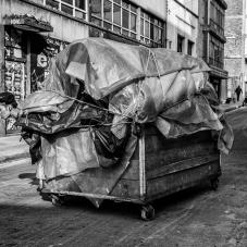 Jóvenes transportando montaje para Mercado de las Pulgas, centro, 2014