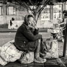 Señora fumando, carrera séptima junto al Palacio de Justicia, 2014